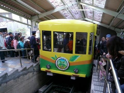 高尾山駅に着いたあおば号.JPG